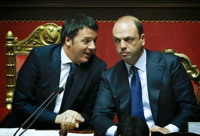 Renzi con Alfano sui banchi del governo