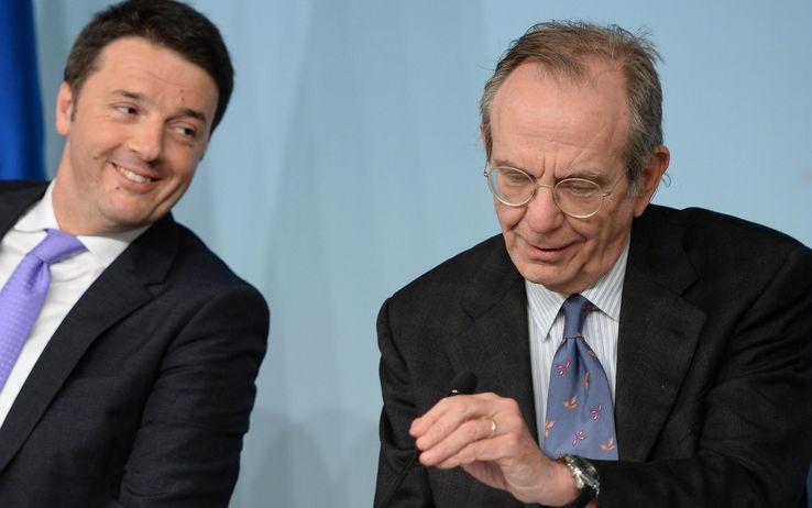 Matteo Renzi con Pier Carlo Padoan