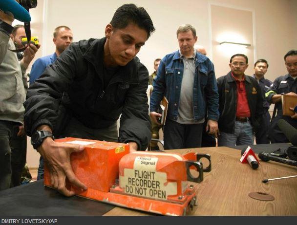 I ribelli consegnano ai malesi i Flight Data Recorder del MH17