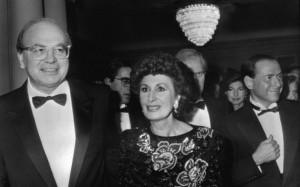 Bettino Craxi la moglie. Dietro Berlusconi