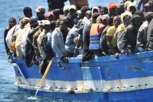 Una carretta del mare carica di migranti a Lampedusa