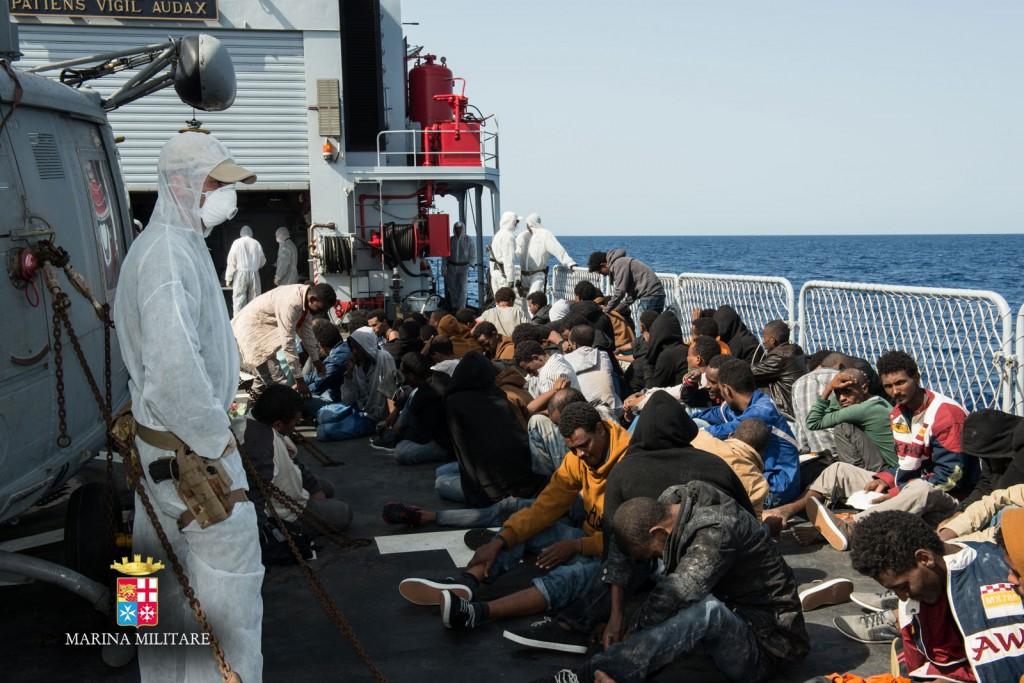Uomini della Marina Militare soccorrono migranti