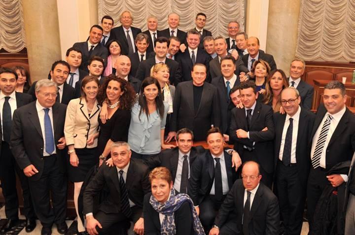 FOTO DI GRUPPO Jole Santelli e Wanda Ferro insieme a Silvio Berlusconi