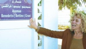 Stefani Craxi davanti alla targa del padre ad Hammamet in Tunisia