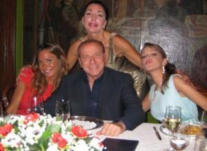 Berlusconi tra Michelle Bonev Nicole Minetti e Francesca Pascale