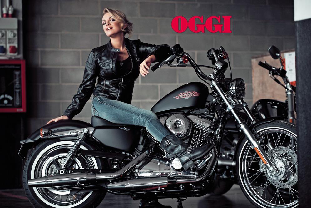 """Francesca Pascale in posa sull'Harley Davidson per il settimanale Oggi - Testi di Bruno Vespa dal suo ultimo libro """"Italiani voltagabbana"""""""