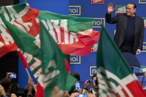 Silvio Berlusconi saluta i suoi