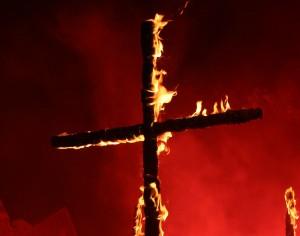 simboli-cristiani-bruciati