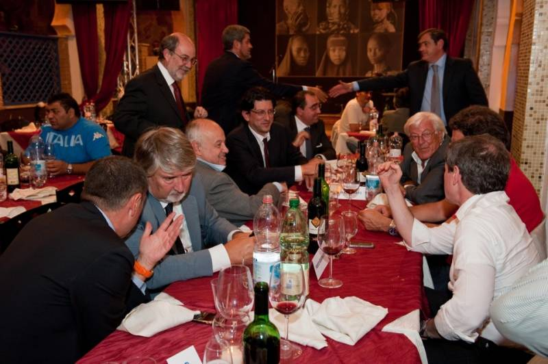 LE FOTO CHE IMBARAZZANO IL GOVERNO RENZI Il ministro del Lavoro Poletti ad una cena con Buzzi. Proprio ieri il Senato ha varato la discussa riforma Jobs Act