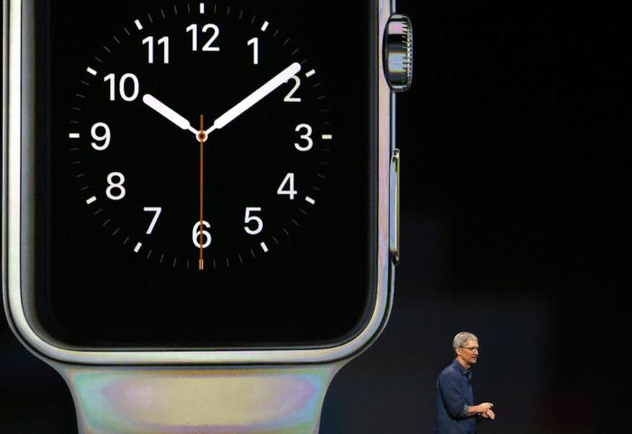 L'Apple Watch presentato dal Ceo di Cupertino Tim Cook (Monica Davey/Epa)