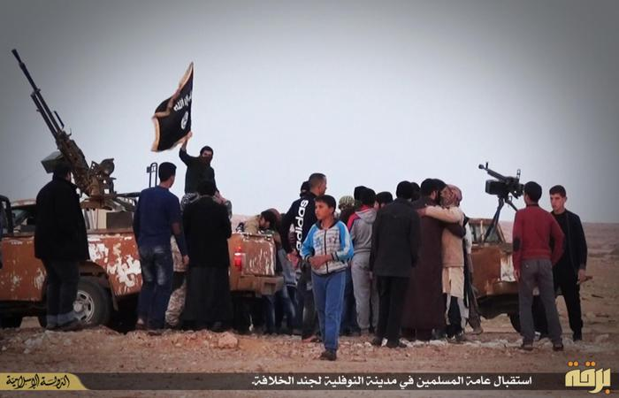 Miliziani dell'Isis che sfilano a Nawfaliyah, Libia, a ovest di Sirte (Ansa/Network Isis)