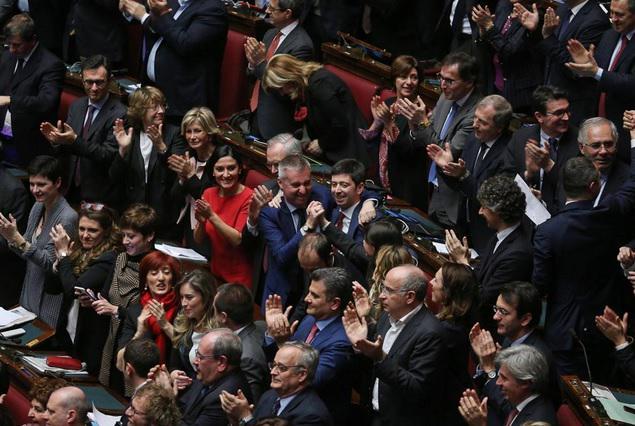 Mattarella è presidente. Festeggiano tra i banchi del Pd. Al centro Guerini e Speranza esultano