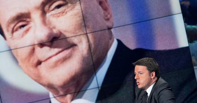 Matteo Renzi, sullo sfondo Silvio Berlusconi