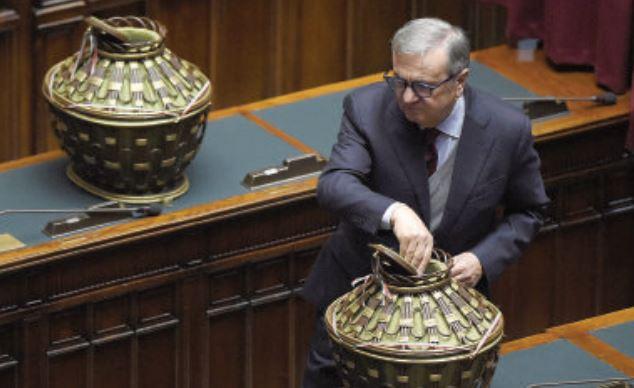 Maurizio Sacconi mentre vota. Si è dimesso da capogruppo  Maurizio Lupi