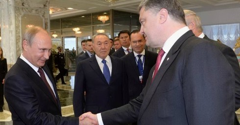 Stretta di mano tra Putin e Poroshenko Vertice di Minsk