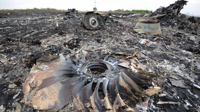 Mh17 caduto in Ucraina, I   rottami e l'area del crash sono bruciati