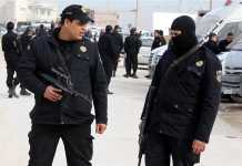 Militari-tunisini-vigilano-davanti-al-museo-di-Tunisi