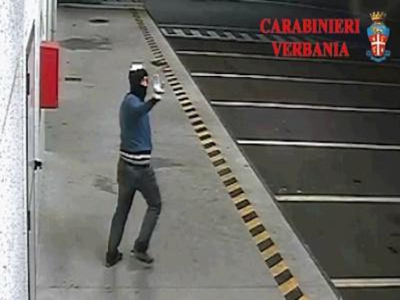 Uno dei ladri mentre fa ciao dopo i furti a Verbania