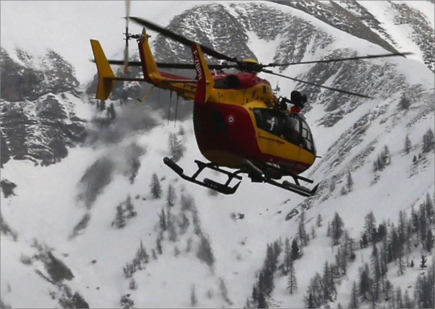 Un elicottero sorvola sul luogo del disastro