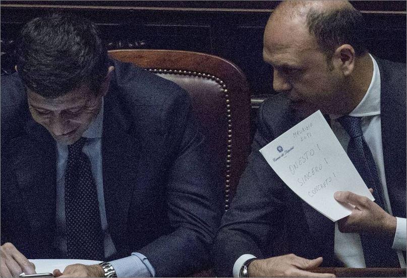 Il ministro Alfano passa mostra a Lupi un foglietto Onesto, SIncero Concreto (Benvegnù-Guaitoli)