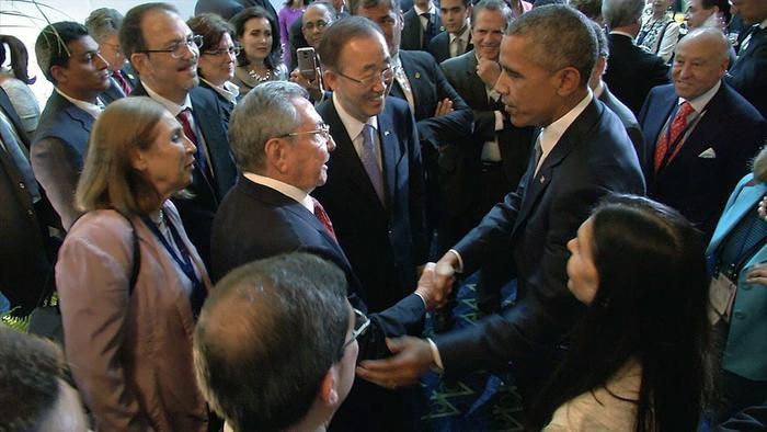 Storica stretta di mano Obama-Castro, l'immagine della svolta tra Cuba e Usa