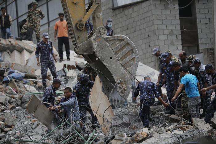 Si scava tra le macerie  dopo terremoto Nepal