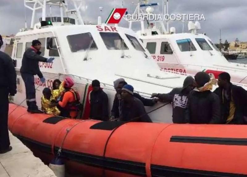 Immigrati musulmani e cristiani fanno a botte sul barcone 15 arresti a palermo