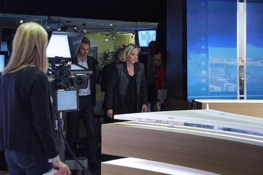 """Marine Le Pen ospite del TF1 al programma «20 heures» (Bruno Levy per """"Le Monde"""")"""