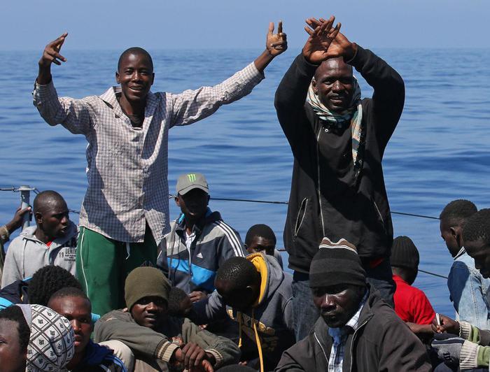 Il pattugliatore Denaro  recupera 220 immigrati a 40 miglia dalle coste libiche.