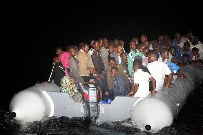 Migranti su un barcone Emergenza sbarchi in Italia