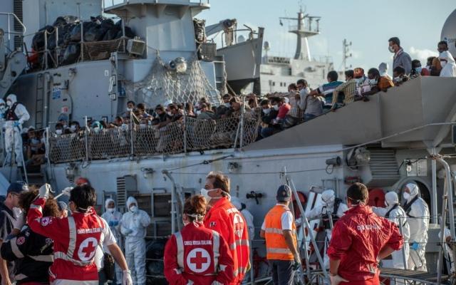 Sbarchi di migranti a Palermo. Onu: Immigrazione fardello enorme per Italia