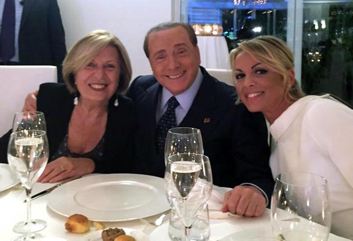 Berlusconi in Puglia - Il leader di Fi Silvio Berlusconi, con a destra la compagna Francesca Pascale e la candidata alla Regione Puglia, Adriana Poli Bortone (Ansa/Ufficio Stampa Poli Bortone)