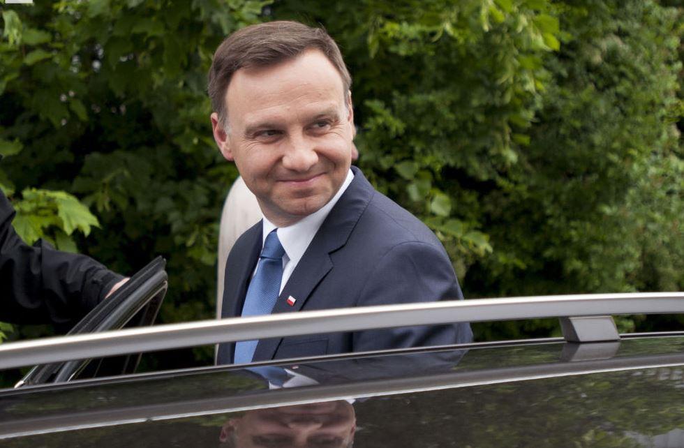 Andrzej Duda mentre va a votare a Cracovia