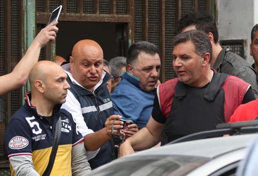 Giulio Murolo (al centro maglietta azzurra) viene arrestato dalla Polizia