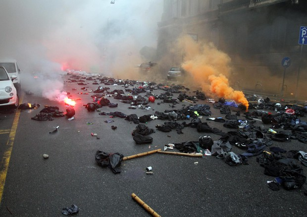 """I teppisti che hanno devastato Milano lasciano a terra le """"maschere"""" da """"black bloc"""" prima di scappare via"""