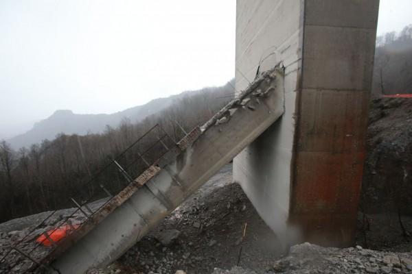 Il pilone del ponte crollato