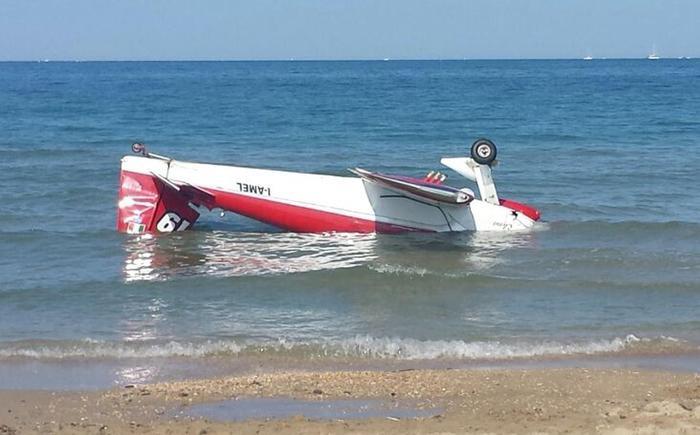 L'aereo su cui viaggiava in mare Marco Ricci dopo l'incidente aereo (Ansa)
