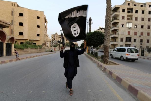 Jihadista con la bandiera dell'Is. Il Times: In UK Isis vuole colpire con armi chimiche