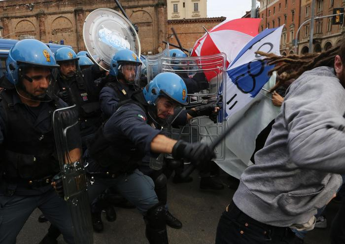 Renzi a Bologna - Un momento dei tafferugli a tra Forze dell'Ordine e centri sociali