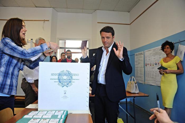 Renzi e la moglie Agnese al voto a Pontassieve - elezioni regionali  - elezioni amministrative 2015
