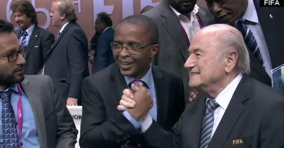 Sepp Blatter festeggia coi i delegati Fifa
