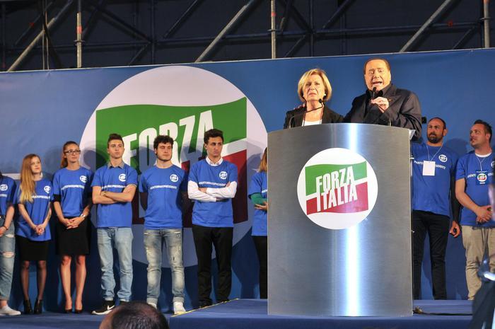 Silvio Berlusconi durante il comizio a sostegno di Adriana Poli Bortone (Ansa)