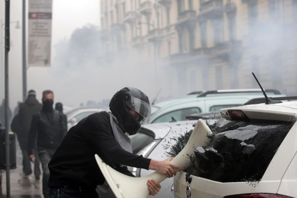 Teppisti No Expo devastano Milano (Foto Ansa, Reuters, Ap, Afp)