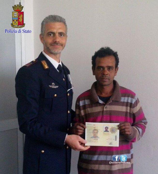 Un agente della Polizia di Stato rilascia il permesso di soggiorno al giovane del Bangladesh