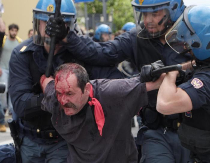 Un antagonista ferito negli scontri con la polizia