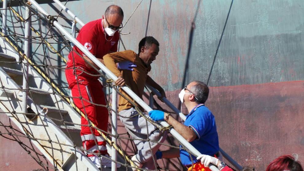 Un migrante viene soccorso
