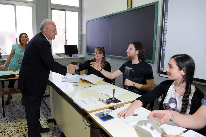 Il candidato a governatore della Campania Vincenzo De Luca mentre vota a Salerno - alle 19 affluenza elezioni regionali al 39,2 percento