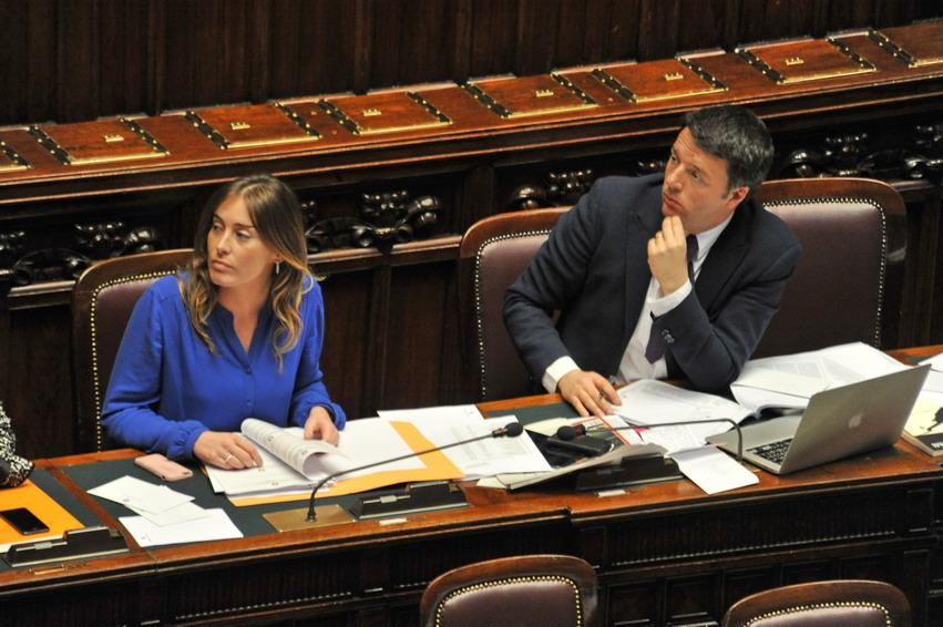 Maria Elena Boschi con Matteo Renzi in aula