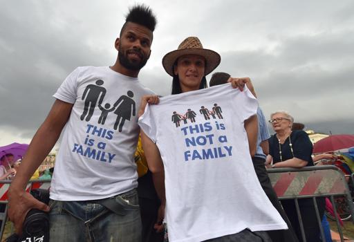 Due ragazzi al Family Day con le magliette. Quela naturale è una vera famiglia