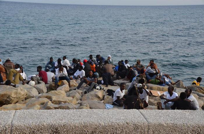 Emergenza migranti, i profughi respinti alla frontiera francese stazionano su scogli Ventimiglia
